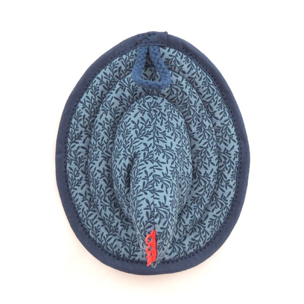 Modro šedá vzorovaná kuchyňská chňapka ve tvaru slepičky.