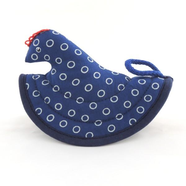 Tmavě modrá kuchyňská chňapka ve tvaru slepičky, světlé kruhy, modrotisk, poutko na pověšení.