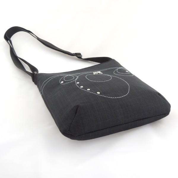 jednoduchá, lehká a praktická černá vyšívaná kabelka ze softshellu