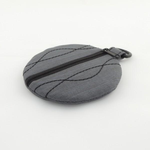 šedé softshellové pouzdro na sluchátka s výrazným černým prošitím, černým zipem a poutkem na pověšení