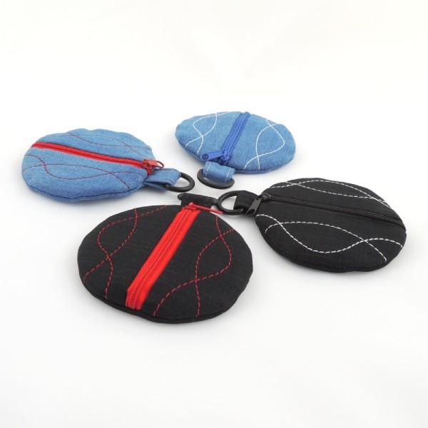 modré a černé kulaté peněženky z rifloviny nebo ze softshellu s barevným ozdobným prošítím a zapínáním na zip