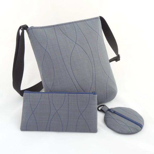 sada sportovní kabelky, pouzdra a peněženky ve stejném stylu ze šedého softshellu s ozdobným modrým prošíváním