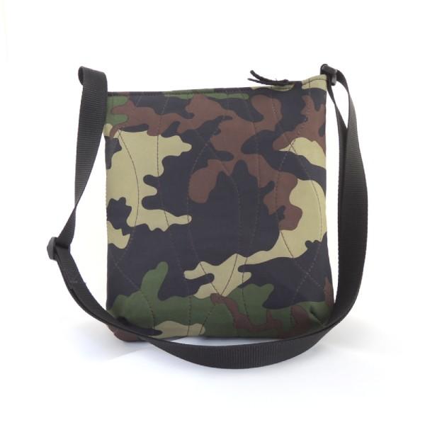 Lehká dámská sportovní kabelka ze softshellu s motivem maskování