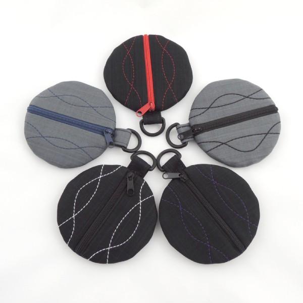 kulaté textilní pouzdro na sluchátka, zapínání na zip, decentní kontrastní prošití, kroužek na pověšení