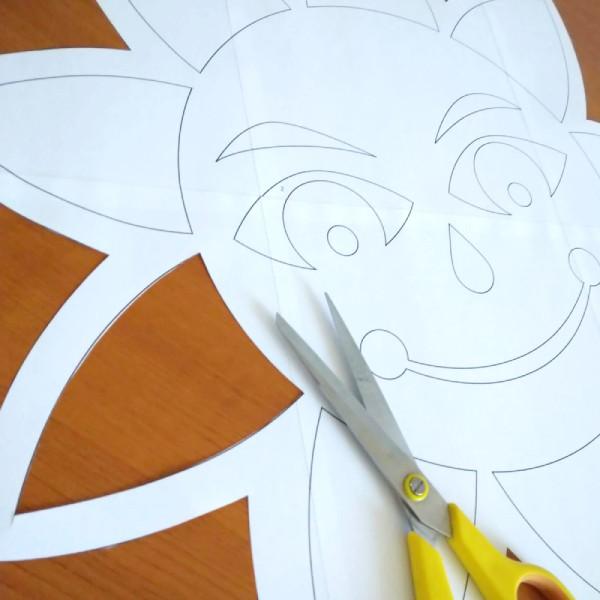 papírová dekorace pro výzdobu okna s motivem velkého sluníčka