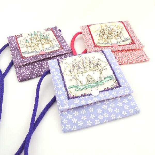 Dětské barevné kapsičky se šňůrkou na pověšení na krk a zapínáním na druk.