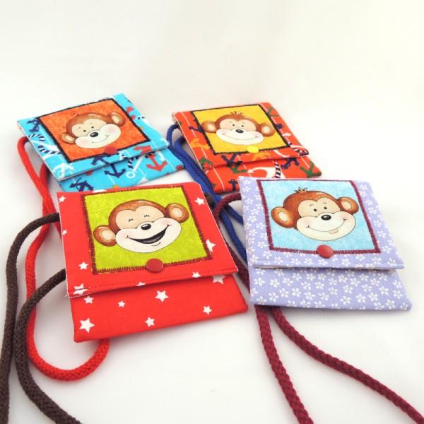 Dětské barevné kapsičky se šňůrkou na pověšení na krk a zapínáním na druk. Obrázek s motivem veselé opičky.
