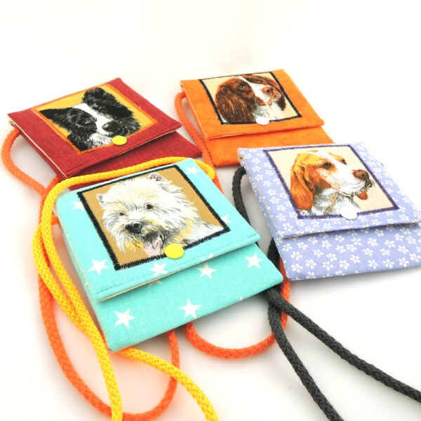 Dětské barevné kapsičky se šňůrkou na pověšení na krk a zapínáním na druk. Obrázek s motivem pejsků.