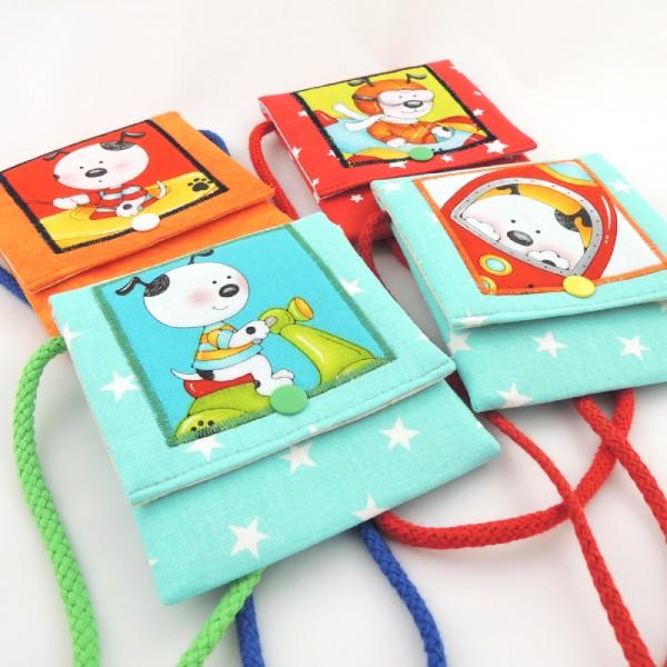 Dětské barevné kapsičky se šňůrkou na pověšení na krk a zapínáním na druk. Obrázek s motivem dopravních prostředků.