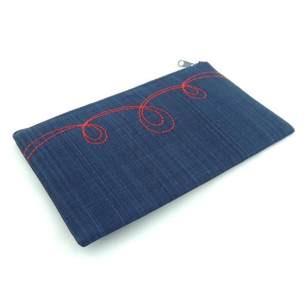 pouzdro na mobil, tmavě modrý softshell, červené ozdobné prošití, zapínání na zip