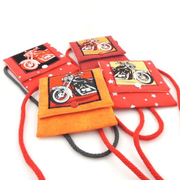 Dětské barevné kapsičky se šňůrkou na pověšení na krk a zapínáním na druk. Obrázek s motorkou.