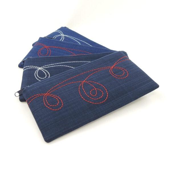 pouzdro na mobil z modrého textilu s ornamentálním prošitím, zapínání na zip