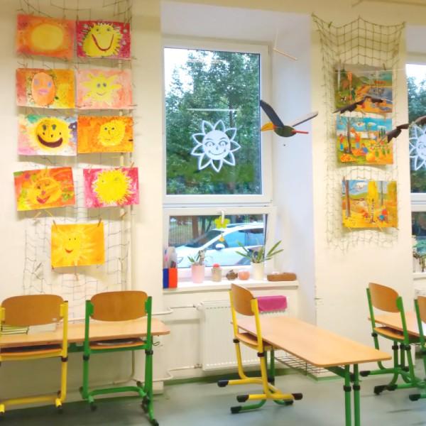 dekorace sluníčka zdobí školní okno
