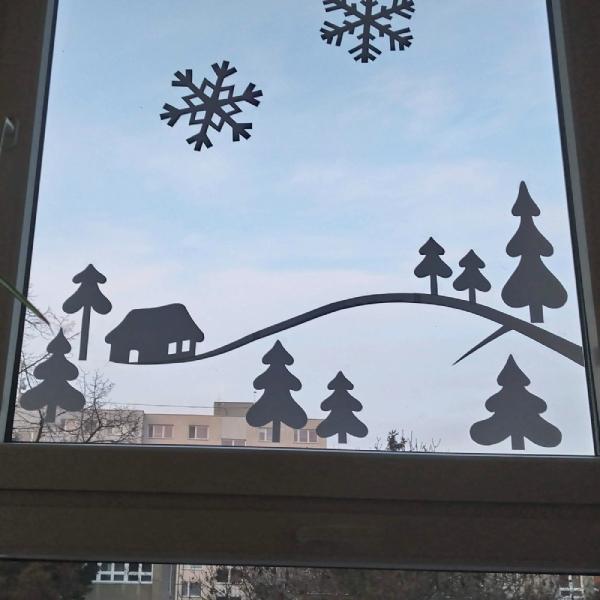 aplikace zasněžených stromečků na oknech