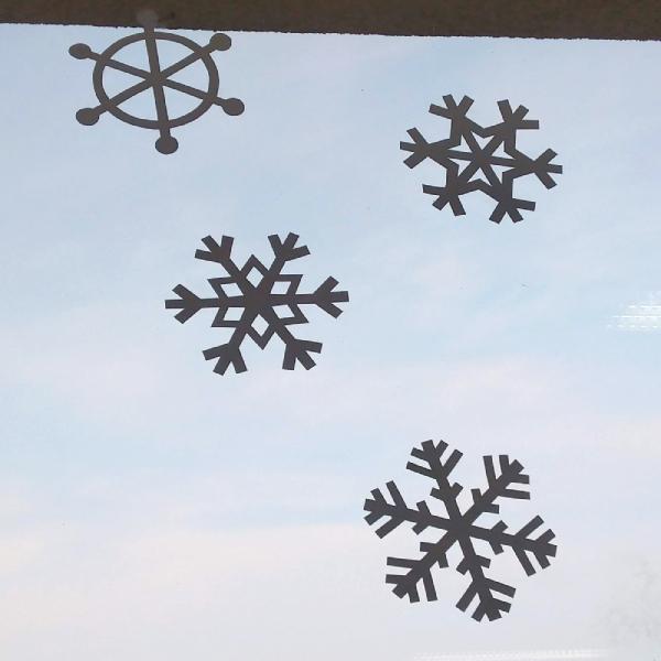 aplikace sněhových vloček na oknech