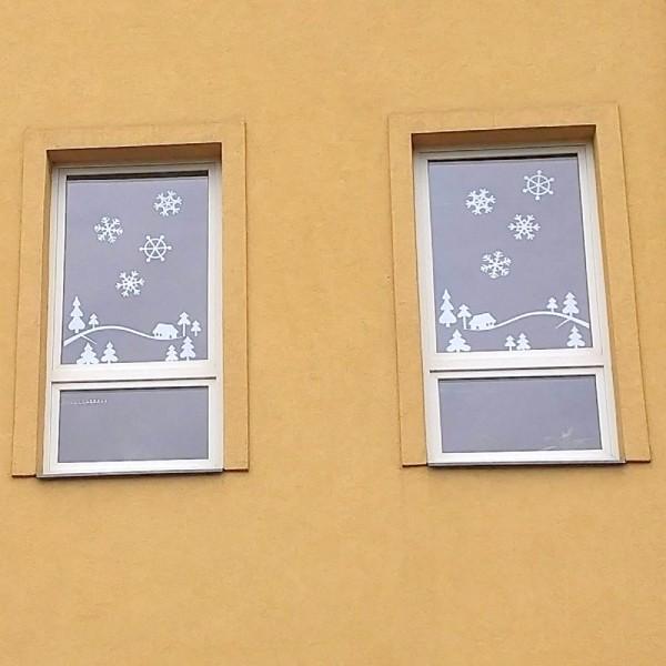 vyzdobená školní okna velkými sněhovými vločkami