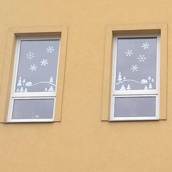 vyzdobená okna velkými sněhovými vločkami