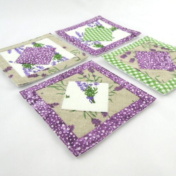 čtvercové podložky pod hrníčky, patchwork, kombinace barev zelená, fialová, béžová a bílá, motiv levandule