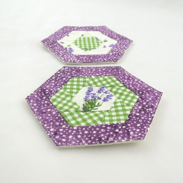podložky pod hrníčky ve tvaru šestihranu, kombinace barev bílá, zelená a fialová, motivy levandule