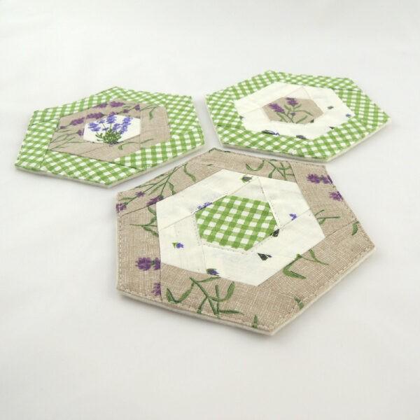 podložky pod hrníčky ve tvaru šestihranu, kombinace barev bílá, béžová a zelená, motivy levandule