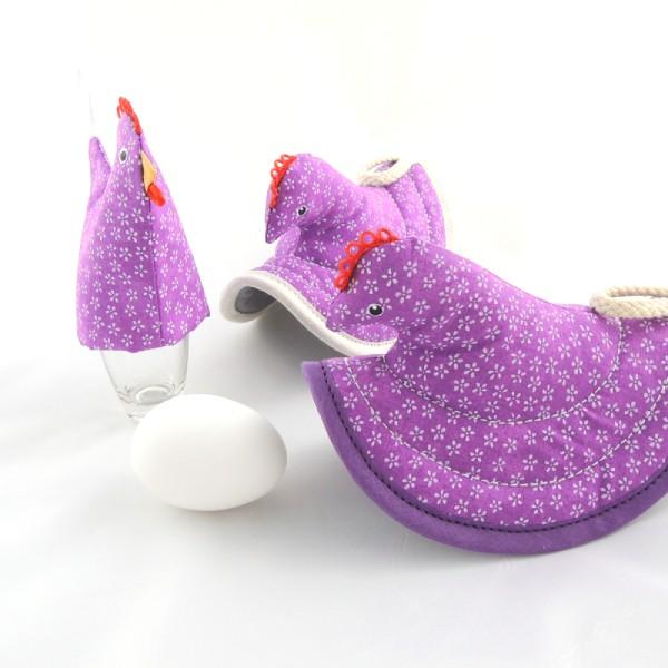 kuchyňská chňapka slepička má svoji sestřičku slepičku na uvařené vajíčko, fialová s bílými kvítky
