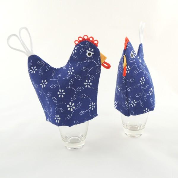 čepička ve tvaru slepičky se nasouvá na slepičí vajíčko, ušita z modrotisku, originální hřebínek, zobáček a ocásek slouží jako poutko, očička jsou namalovaná