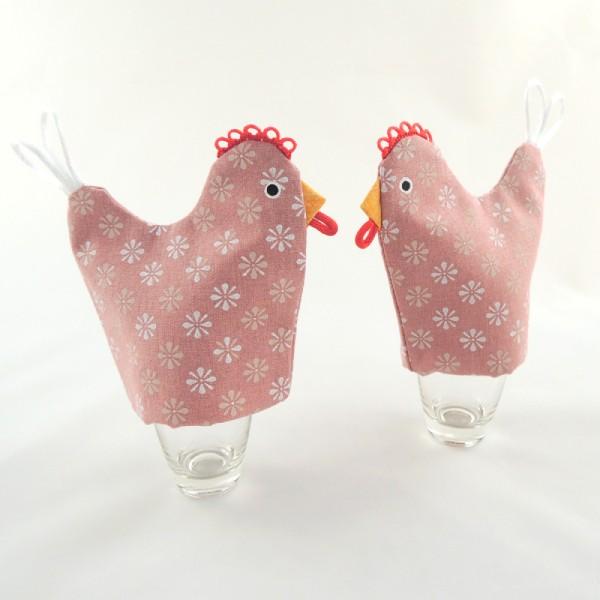setřička kuchyňské chňapky slepičky, slepička na vajíčko, bavlna starorůžová barvy, jemný pravidelně vzorovaný potisk, slepička má přišitý zobáček, červený hřebínek a ocásek, očička jsou namalovaná