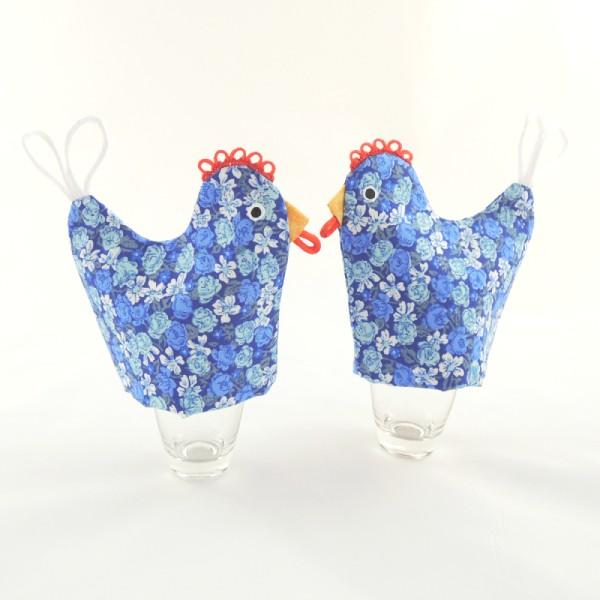 obal slouží na vajíčko na měkko, dokonale prostřená snídaně, návleky jsou modré barvy s květinovým motivem, tvar slepičky, zobáčer, hřebínekm ocásek, namalované oči
