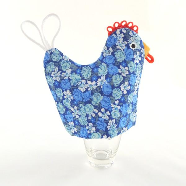 veselé stolování, slepička slouží jako čepička na uvařené vajíčka, modrý květinový motiv